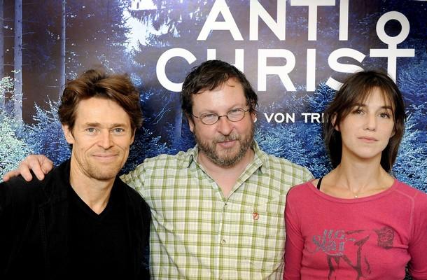 """""""Antichrist"""" réalisé par Lars Von Trier, au milieu   avec Willem Dafoe sur sa droite et Charlotte Gainsbourg sur sa gauche"""