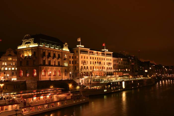 — Hotel des Trois Rois vu depuis le Mittlere Brücke — Carnaval — Bâle/Basel —