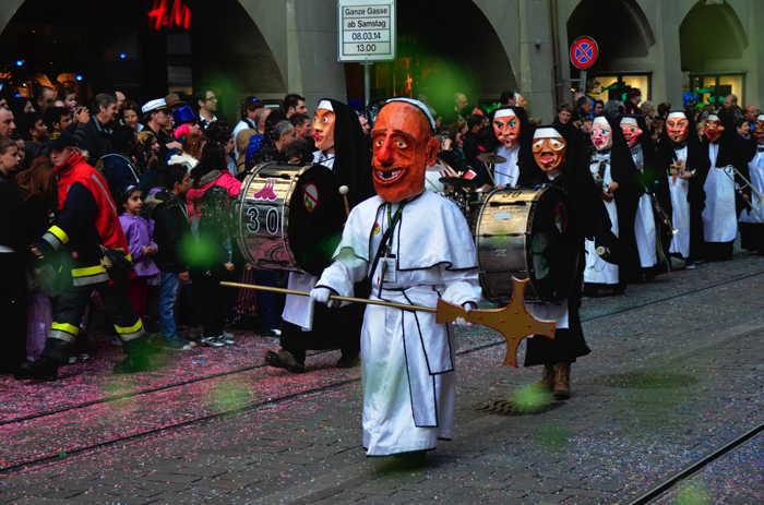 — Effigie du pape François Ier — Carnaval dans la MarktGasse - Berne —