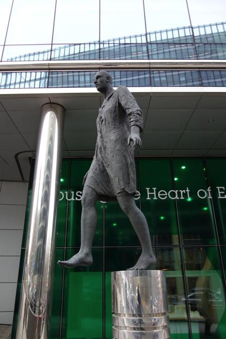 """— """"L'homme qui marche"""" - Rue de la loi - Bruxelles —"""