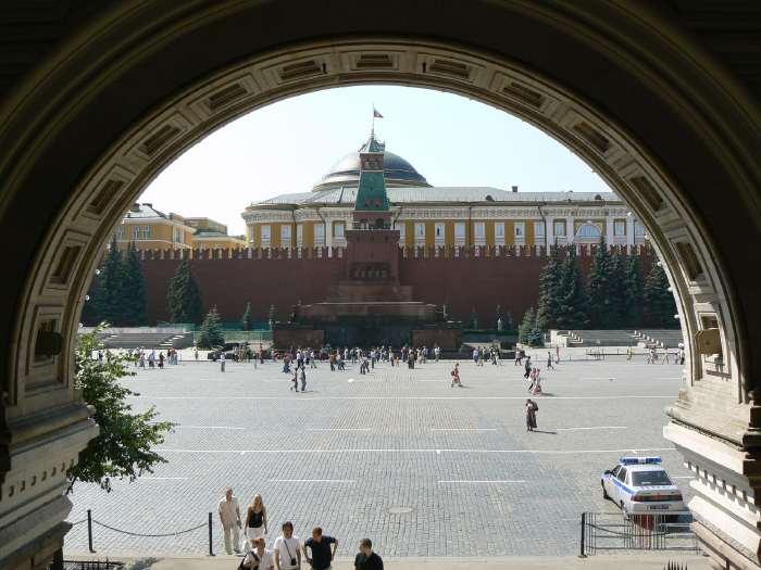 Mausolée de Lénine pris depuis un hall d'entrée du magasin Gum