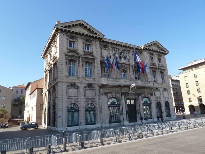 — Mairie de Marseille vue depuis les quais du port —