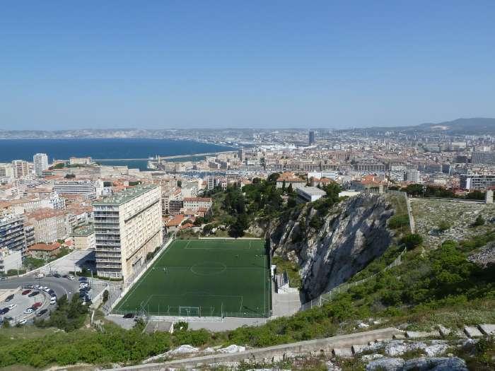 — Terrain de football vu depuis le parvis de la Basilique Notre Dame de la Garde — Marseille —