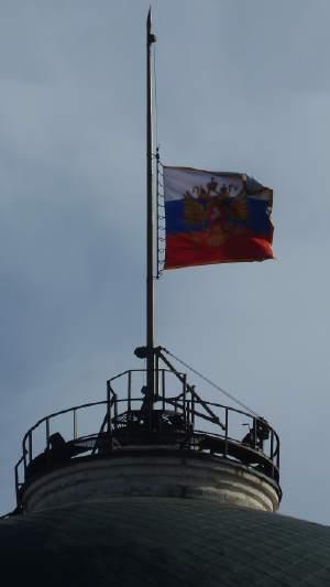 — Drapeau Russe en berne sur les toits du Kremlin — Moscou —