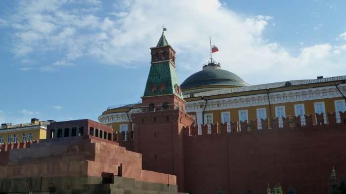 — Drapeau en berne sur le Kremlin — Place Rouge — Moscou —