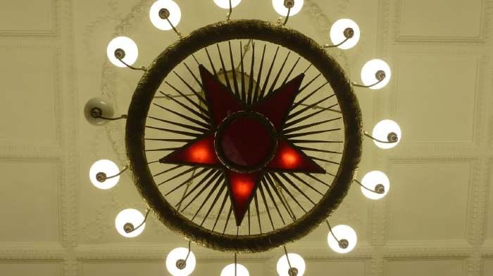 — Eclairage du plafond d'un hall de station de métro Moscovite — Moscou —