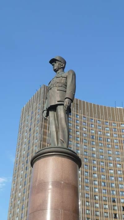 — Statue du général de Gaulle — Hotel Cosmos — Prospect Mira — Moscou —