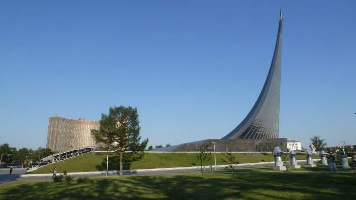 — Monument dédié aux cosmonautes avec l'hôtel Cosmos en arrière plan — Moscou —