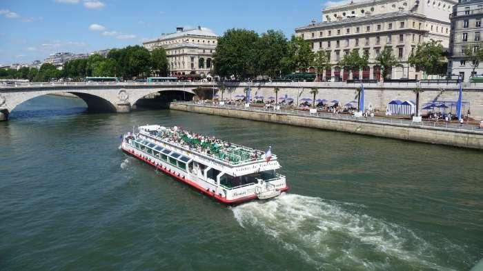 """— Vedette Parisis de passage devant les quais """"Paris-plage — Paris —"""