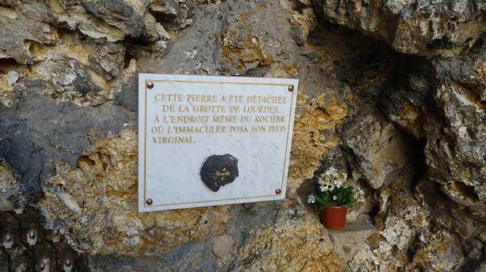 — Plaque de marbre scellée dans la roche de la grotte artificielle —