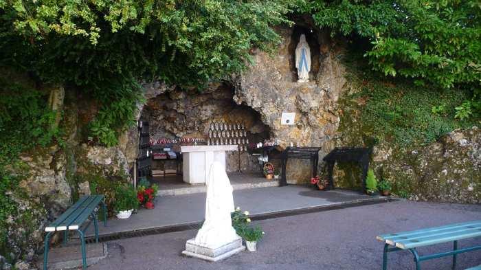 — autel dressé au couvent St Gildard assorti d'une reproduction de la grotte de Lourdes —