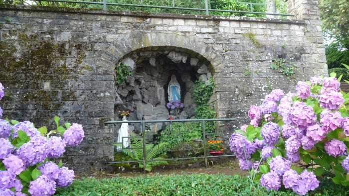 — Carré marial construit en bordure de route et assorti d'une reproduction de la grotte de Lourdes —