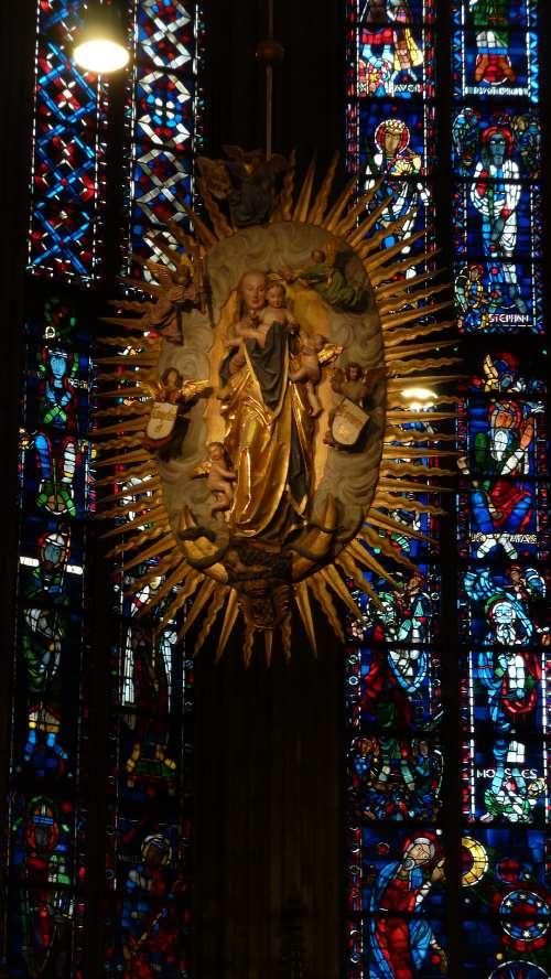 — Vierge à l'enfant en majesté suspendue au-dessus du tombeau de Charlemagne —
