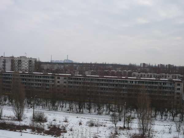 - Vue panoramique de lla ville de Prypiatavec la cheminée de la centrale visible à l'horizon -