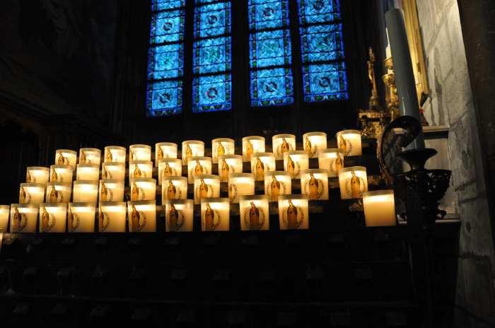 — lumignons dédiés à Notre Dame de la Guadeloupe - Cathédrale Notre-Dame de Paris vue depuis le parvis - Paris —