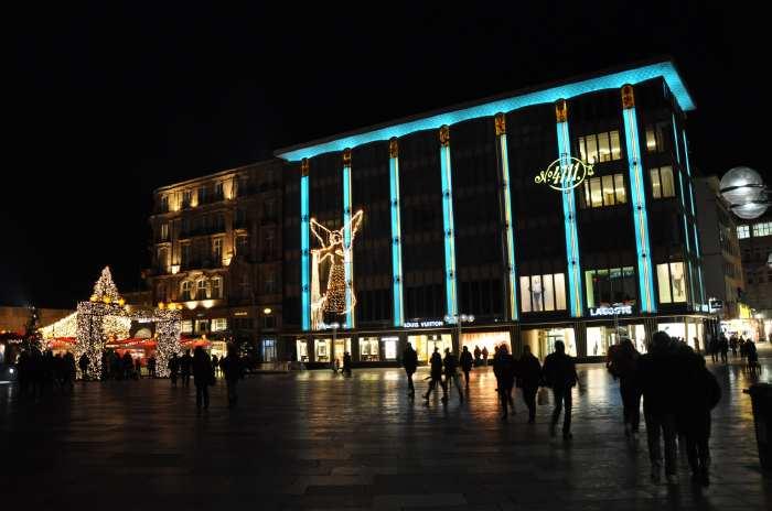 — Entrée du marché de Noël sur la Place Roncalli devant la cathédrale - Cologne —