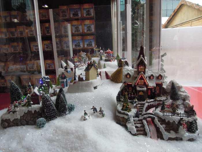 — Vitrine de magasin - marché de Noël - Parvis de la Défense - Paris —