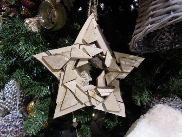 — Pentagramme en bois sur un stand du marché de Noël - Parvis de la Défense - Paris —