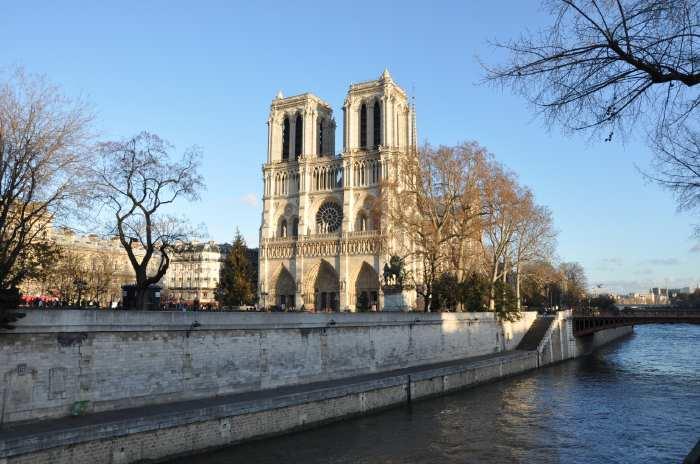 — Cathédrale Notre-Dame de Paris vue depuis les quais St Michel - Paris —