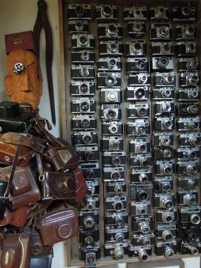 — Panneau décoratif chargé de vieux modèles d'appareils de photo —