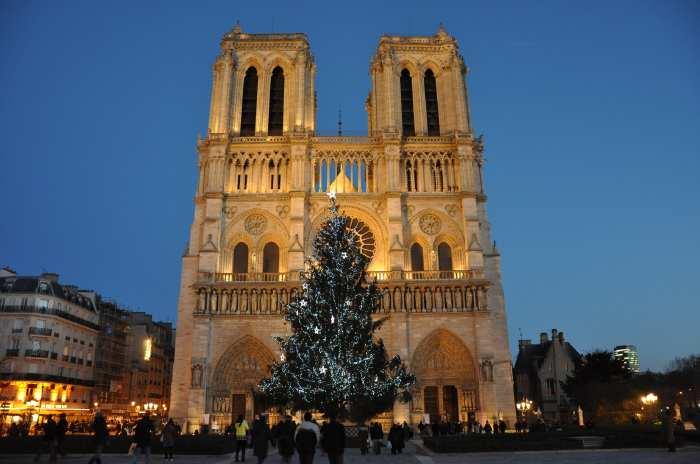 — Cathédrale Notre-Dame de Paris vue depuis le parvis - Paris —
