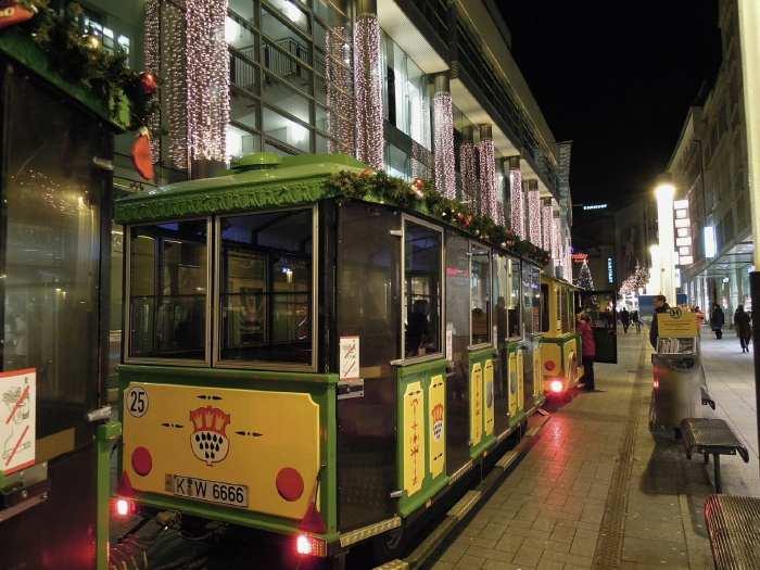 — Petit train de Noël à l'arrêt dans une rue - Cologne —