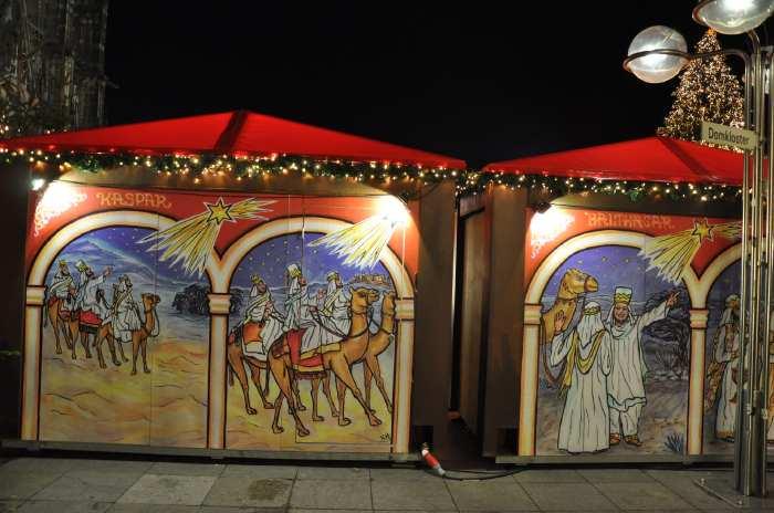 — Décoration des chalets du marché de Noël sur le parvis de la cathédrale - Cologne —