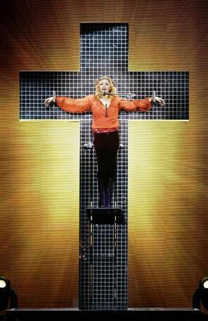 Madonna parodiant la crucifixion