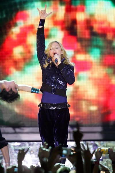 Madonna et son salut cornu ou salut de Satan