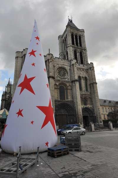 — Structure décorative de Noël devant la basilique St Denis - St Denis —