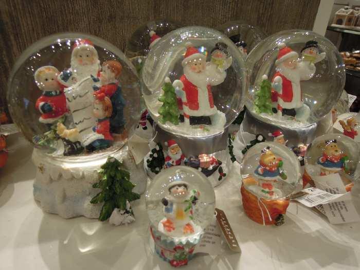— Boules de verre de Noël dans une vitrine de grand magasin - Cologne —