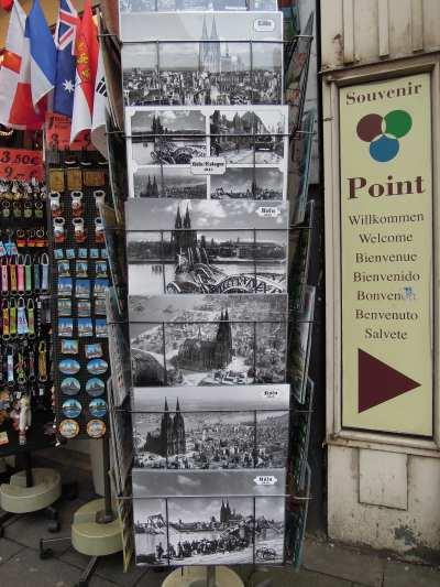 — Présentoir de cartes postales sur le trottoir - Cologne —