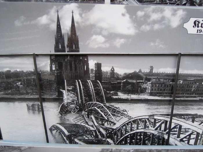 — Cartes postale sur un résentoir sur le trottoir - Cologne —