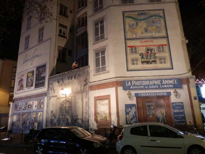 — Façade dédiée au cinéma et aux frères Lumière de nuit - Fête des Lumières - Lyon —