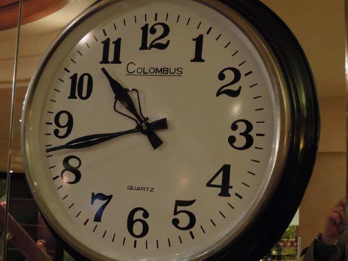 — Horloge photographiée dans un café du Bd St Michel - Paris —