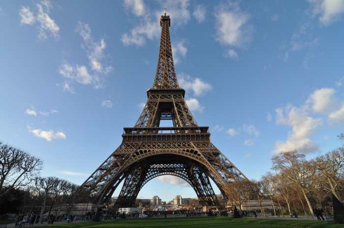 — Tour Eiffel vue depuis le Champ de Mars - Paris —