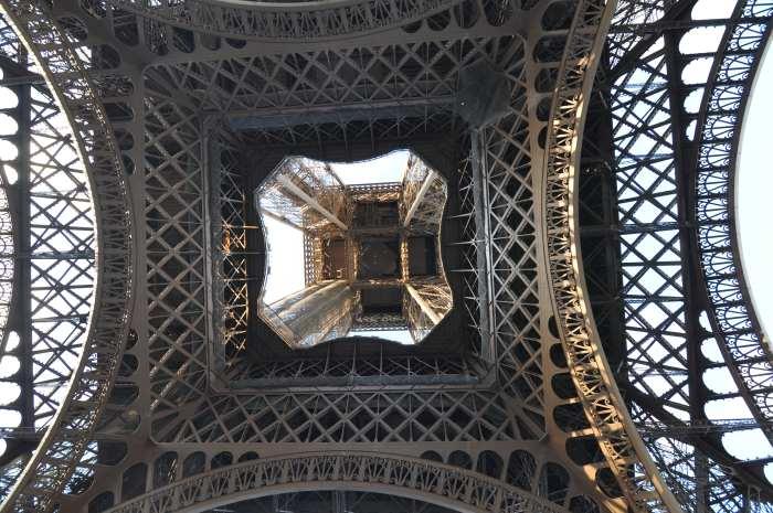 — Tour Eiffel vue depuis le dessous de la tour - Paris —