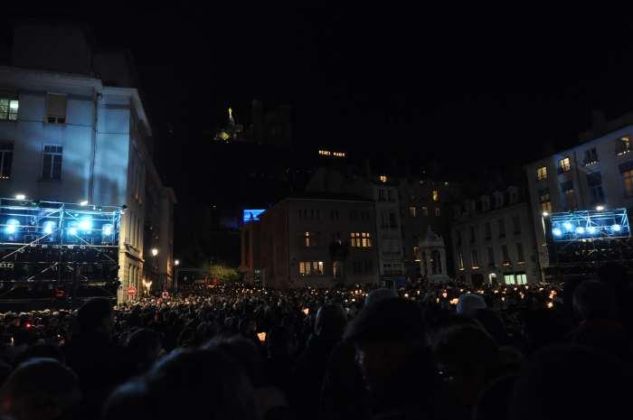— Foule de pélerins sur le parvis de la cathédrale St Jean en route pour la procession mariale du 8 Décembre —