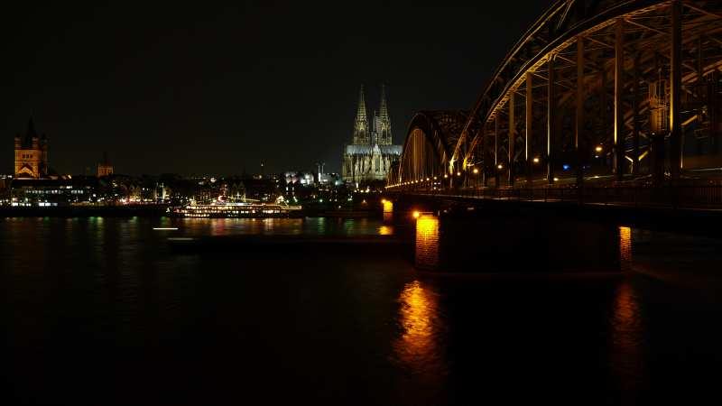 — Vue panoramique de la cathédrale de Cologne depuis les rives du Rhin — Cologne —