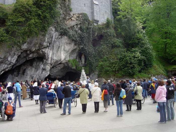 — Foule de pélerins réunis devant la grotte de Massabielle — Lourdes —