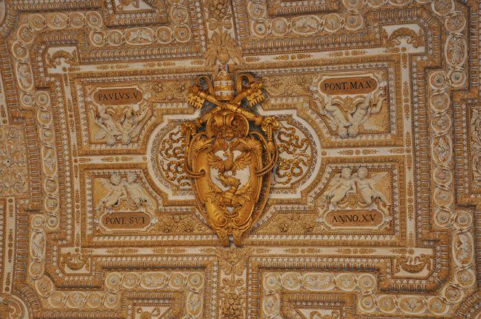 Dragon volant dans une moulure du plafond de la Basilique St Pierre - Rome