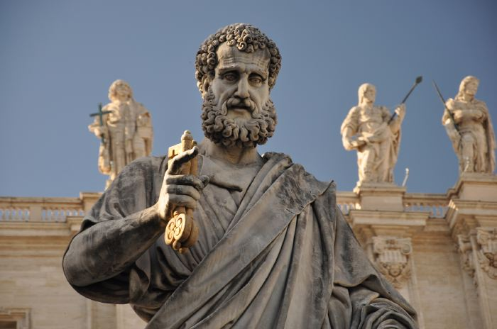 """Sculpture représentant """"St""""-Pierre tenant les clés devant la Basilique St Pierre - Rome"""