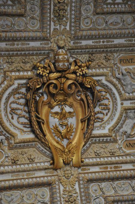 Dragon et aigles sur une moulure sur un plafond de la Basilique St Pierre - Rome