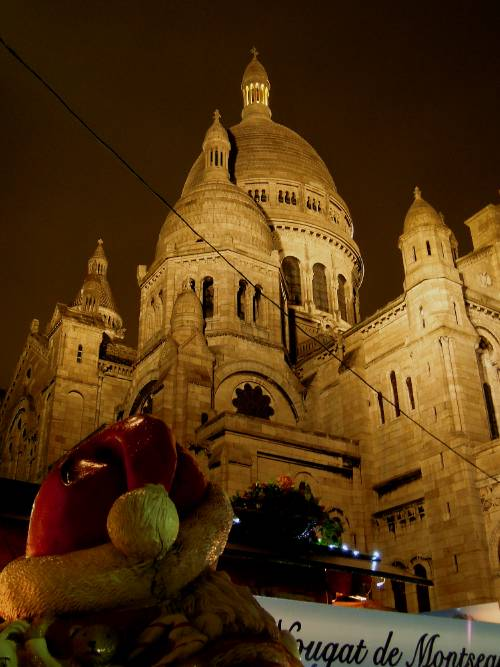 — Basilique du Sacré-Cœur entourée du Marché de Noël — Paris —