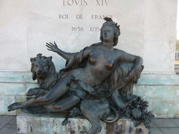 Bronze allégorique de la Saône au pied de la statue de Louis XIV sur la place Bellecour
