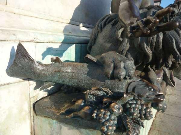 Bronze allégorique du Rhône au pied de la statue de Louis XIV sur la place Bellecour
