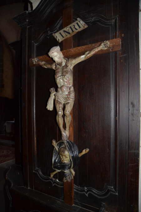 Crucifix dans l'église St Genès