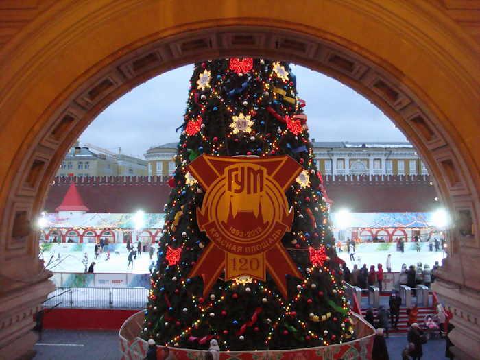 — Patinoire vue depuis une des entrées du Magasin Gum (Gd Magasin Universel) sur la Place Rouge — Moscou —