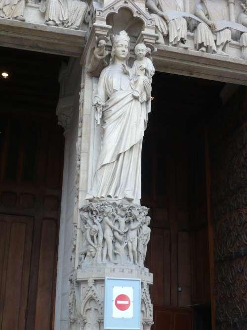Statue mariale en entrée de la cathédrale Notre Dame de Paris