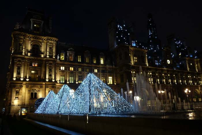 Pyramides décoratives — Place de l'Hôtel de ville de Paris